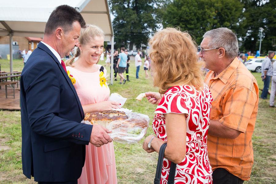Na zdjęciu starostowie częstują chlebem uczestników dożynek
