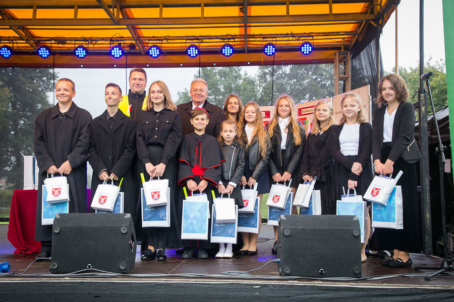 Zdjęcie grupowe nagrodzonych uczniów