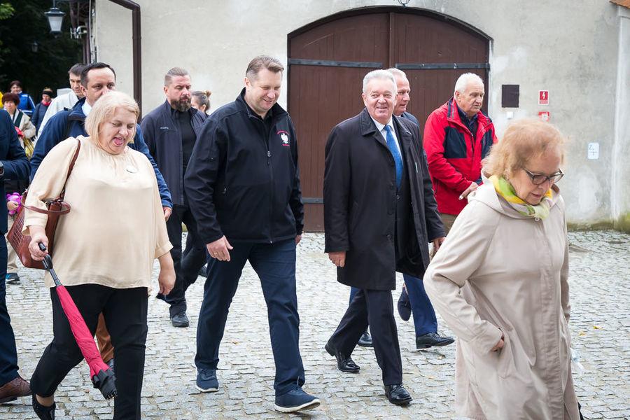 Na zdjęciu Wójt Gminy Niemce i Minister Edukacji wraz z ludźmi przemierzającymi szlak pieszo