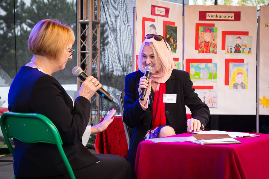 Na zdjęciu Dyrektor Szkoły Podstawowej w Nasutowie z  lokalną miłośniczką historii.