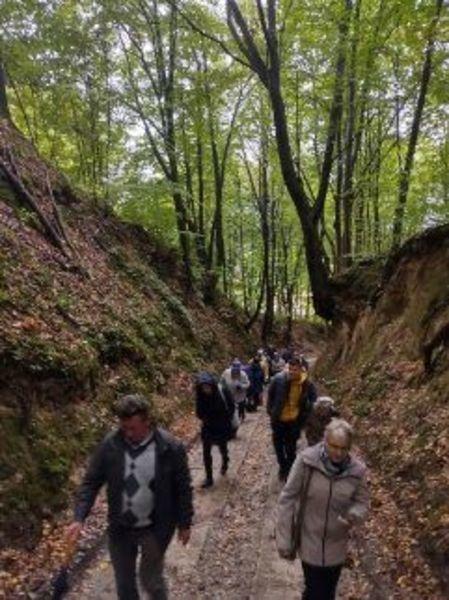 Na zdjęciu uczestnicy wycieczki w wąwozie korzeniowym