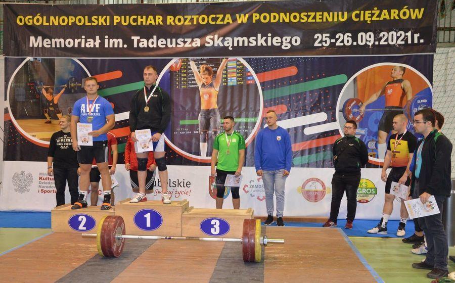 Na zdjęciu zawodnicy na podium