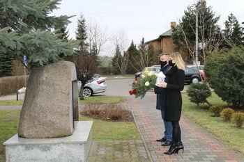 Złożenie kwiatów - Przewodnicząca Rady i Wójt Gminy