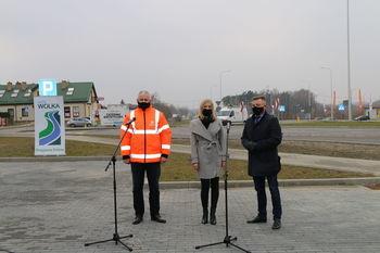 Zdjęcie  stojących osób od lewej: Wójt Gminy, Pzewodnicząca Rady Gminy oraz Zastępca Dyrektora Oddziału ds. Zarządzania Drogami i Mostami