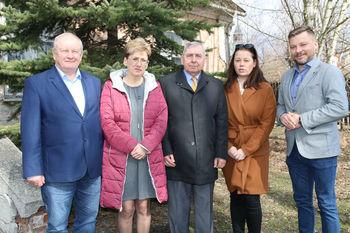 Wójtowie Tadeusz Małaj Włodzimierz Hofa Edwin Gortat wraz z pracownikami Urzędu Gminy