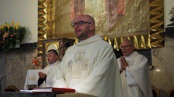 Księża podczas mszy świętej