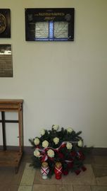Kwiaty pod tablicą pamiątkową