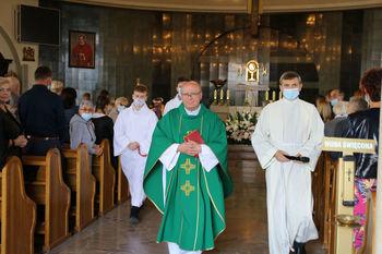 Proboszcz Mirosław Zając ze służbą liturgiczną