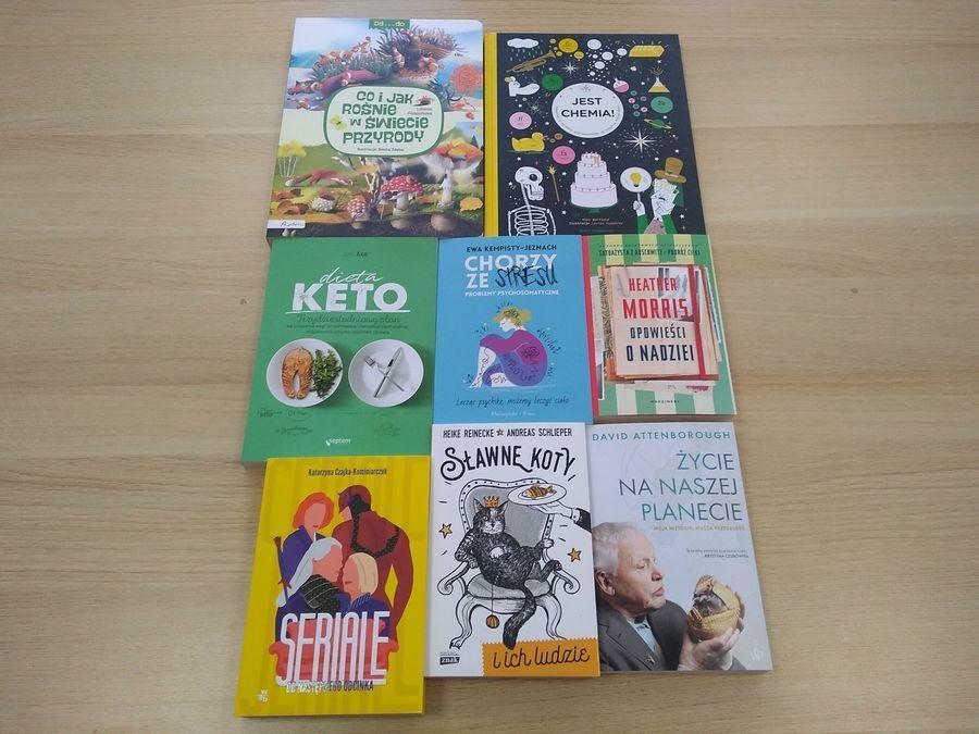 Poukładane książki na stole