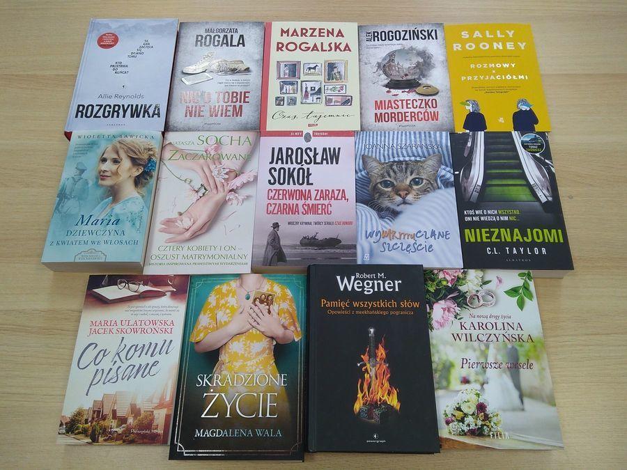 Książki leżące na stole