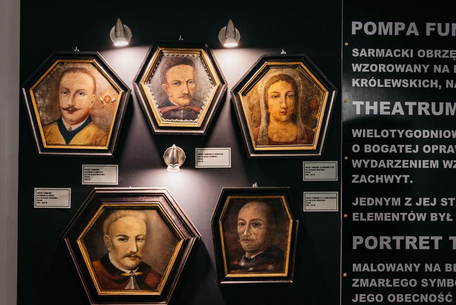 Portrety na ścianie