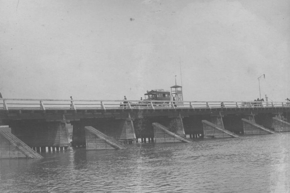 [MK/H/1695/008] Drewniany most na rzece Wieprz. Krasnystaw, lata 1914 - 1915.