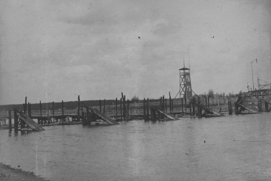 [MK/H/1695/010] Spalony most podczas działań wojennych na rzece Wieprz. Krasnystaw, 1914 r.
