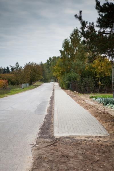 Budowa chodnika przy drodze powiatowej 1564 L w m. Dziuchów. Ok. 900 m.