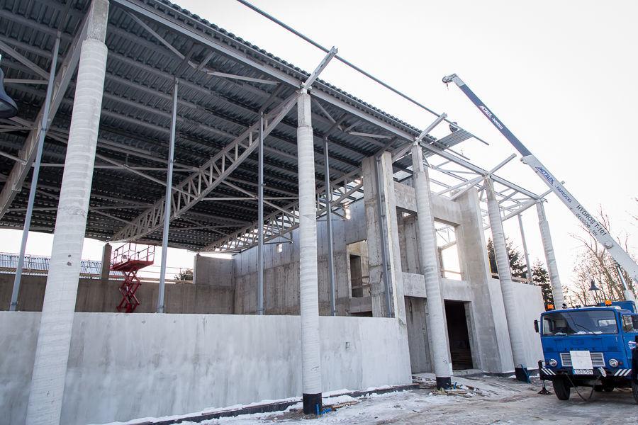 Montaż dachu na budynku Domu Kultury w Parku