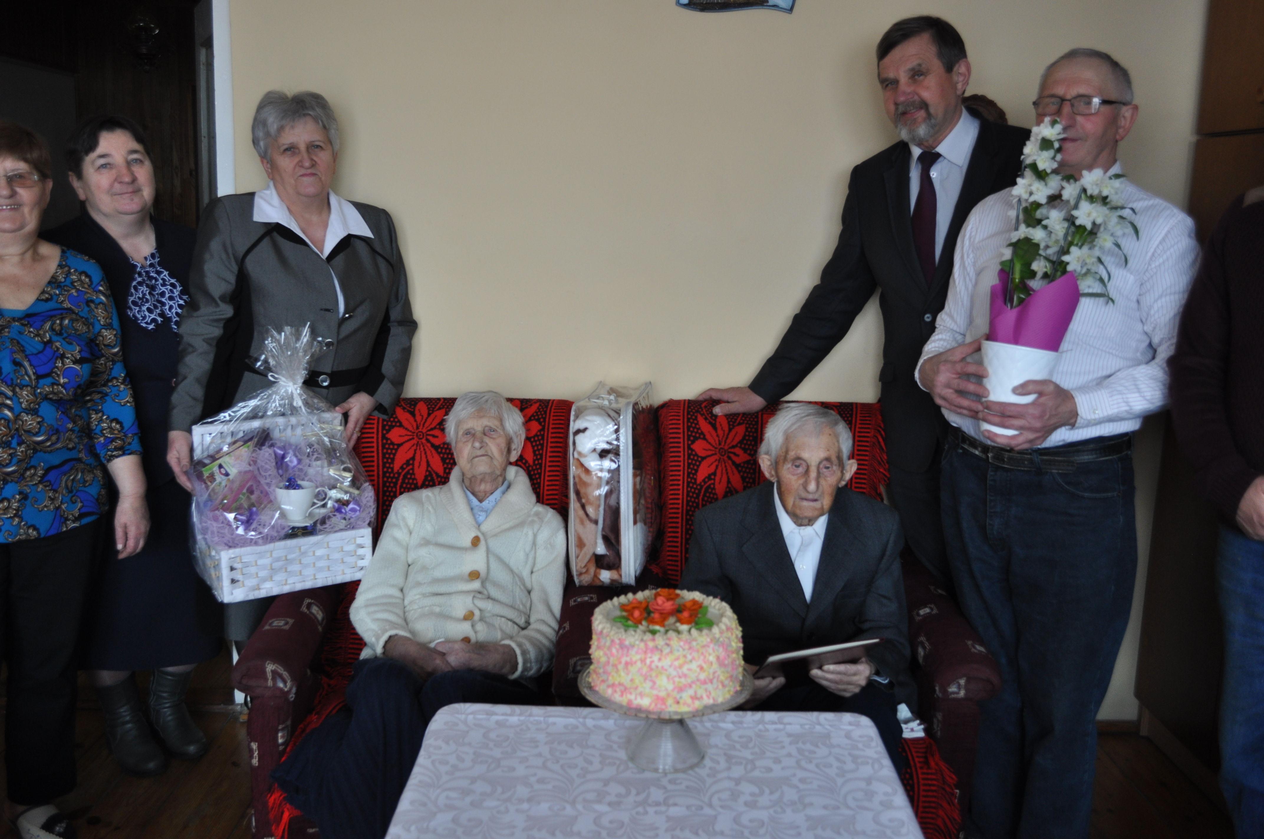 Stefania i Antoni Wawrzak podczas wręczenia kwiatów