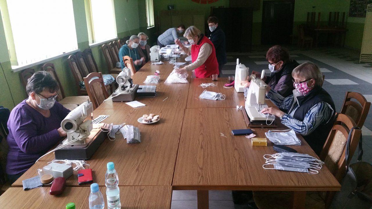 Akcja szycia maseczek ochronnych dla mieszkańców Gminy Potok Górny dobiegła końca