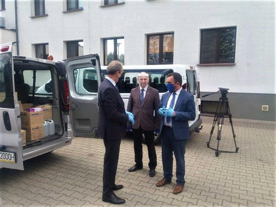 Na zdjęciu znajduje się Starosta Lubelski - Zdzisław Antoń, dyrektor PCPR Jacek Figarski oraz dyrekt