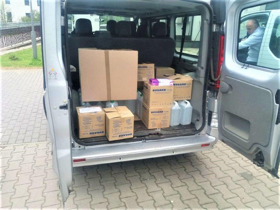 Na zdjęciu znajduje się samochód dostawczy pełen środków ochrony osobistej, które przekazane zostały
