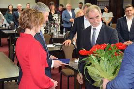 Na zdjęciu uwieczniono moment wręczania kwiatów przez Władze Powiatu zasłużonym lekarzom