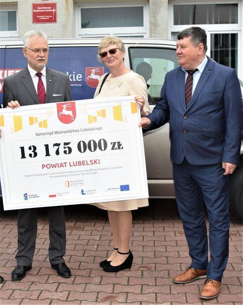 Na zdjęciu znajduje się Andrzej Pruszkowski, Grażyna Gwiazda oraz Andrzej Chrząstowski