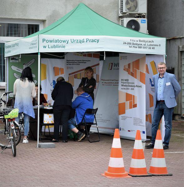 Na zdjęciu znajduje się stoisko pracowników PUP-u w Lublinie oraz interesanci