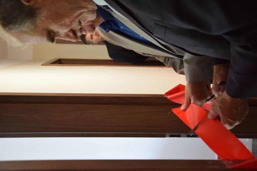 Na zdjęciu Starosta Lubelski przecina wstęgę przed pokojem nowo otwartej filii