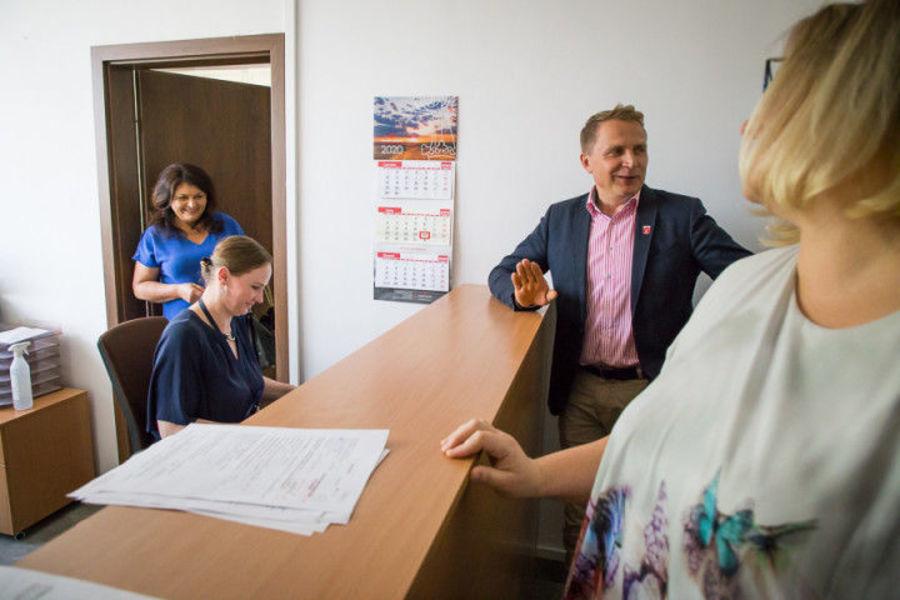 Na zdjęciu znajduje się zastępca wójta Henryk Smolarz, Jolanta Kais - Naczelnik Wydziału Organizacyj