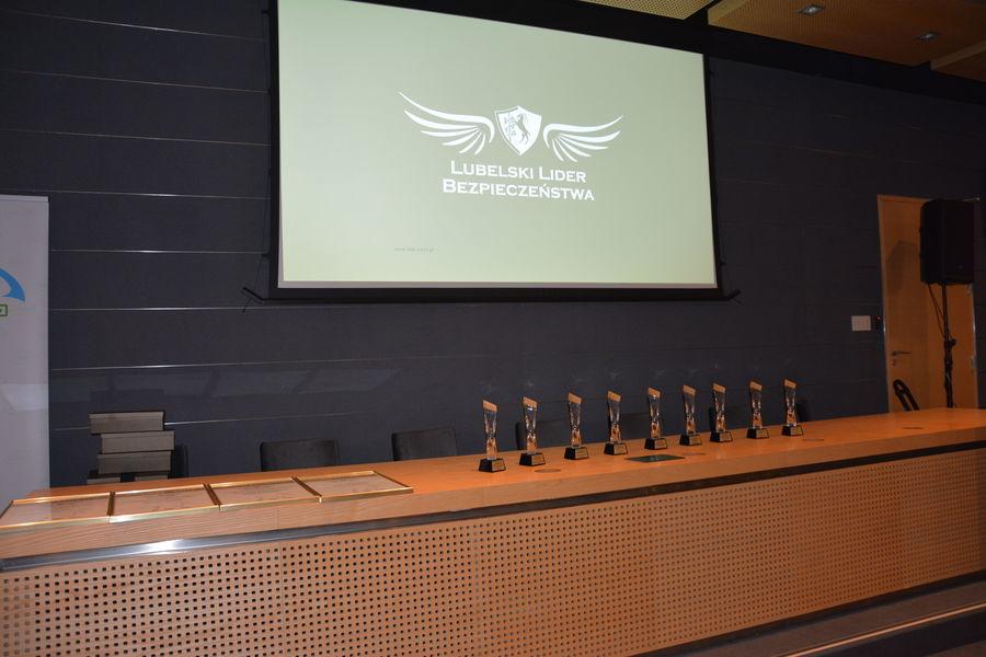 Na zdjęciu widoczna jest sala, w której odbyła się gala oraz prowadzący
