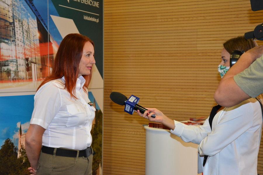 Na zdjęciu znajduje się Pani Naczelnik Marta Krzyżak udzielająca wywiadu