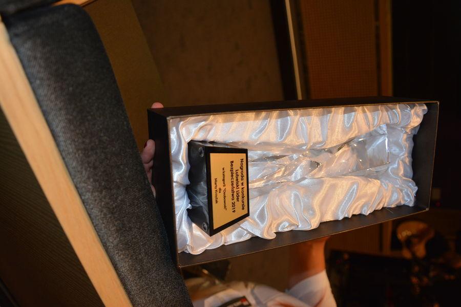Na zdjęciu widoczna jest nagroda, którą otrzymała Pani Marta Krzyżak