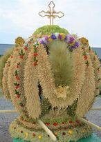 Na zdjęciu znajduje  się wieniec, który zajął pierwsze miejsce w kategorii Wieniec Tradycyjny - KGW
