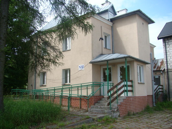 Budynek z tabliczką NFZ