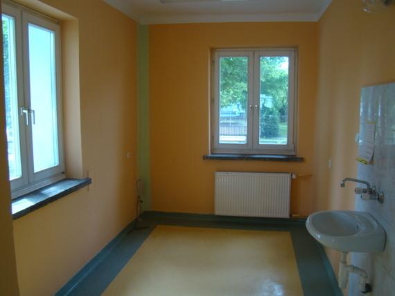 Pomieszczenie z umywalką przy ścianie