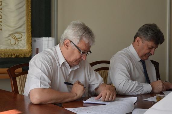 Ludzie podpisujący dokumenty