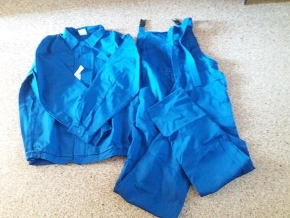 Niebieski strój roboczy