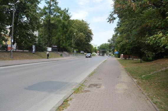 Nadjeżdżający samochód na ulicy