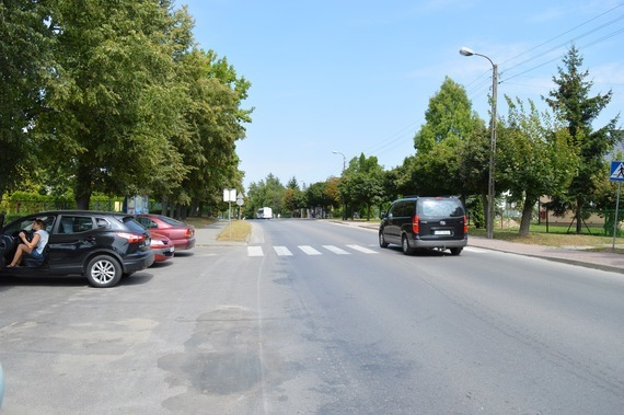Samochody na parkingu i ulicy