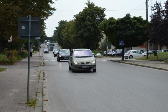 Nadjeżdżające samochody na ulicy