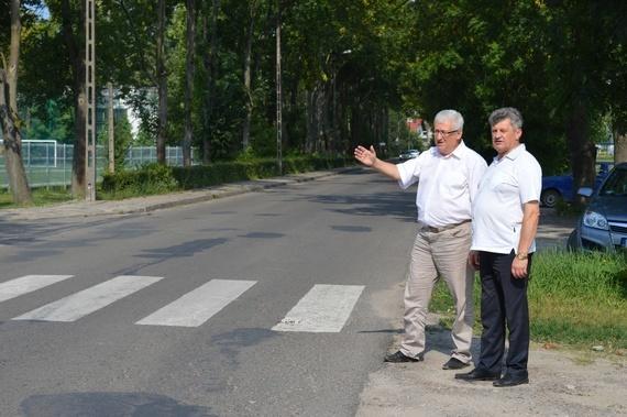2 osoby przy przejściu dla pieszych