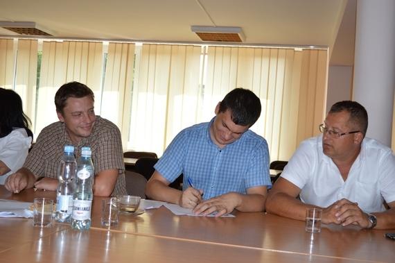 Grupa osób podpisujących dokumenty