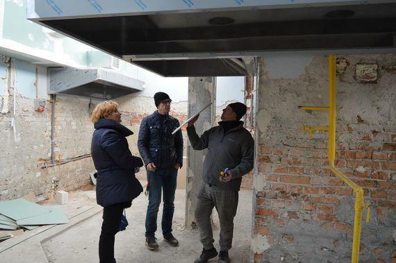 3 osoby w budynku w remoncie