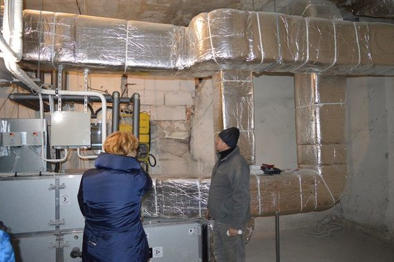 2 osoby w budynku w remoncie