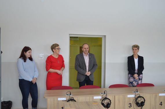 4 osoby stojące za biurkiem