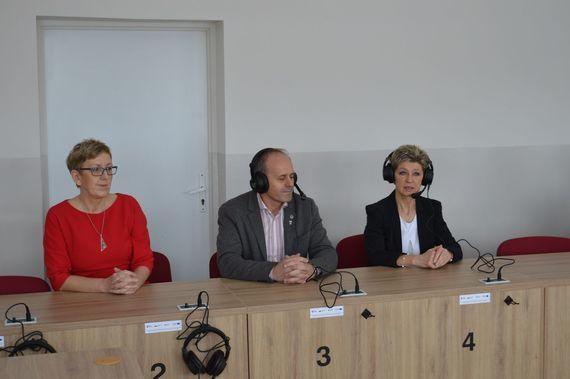 3 osoby siedzące przy biurku