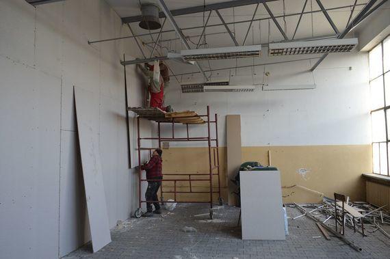 3 osoby remontujące pomieszczenie