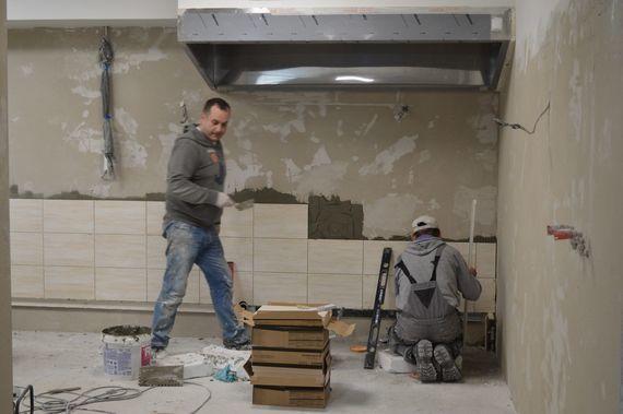 2 osoby remontujące pomieszczenie