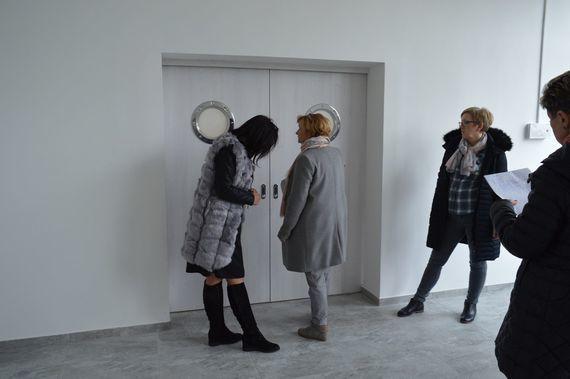Grupa osób w wyremontowanym pomieszczeniu