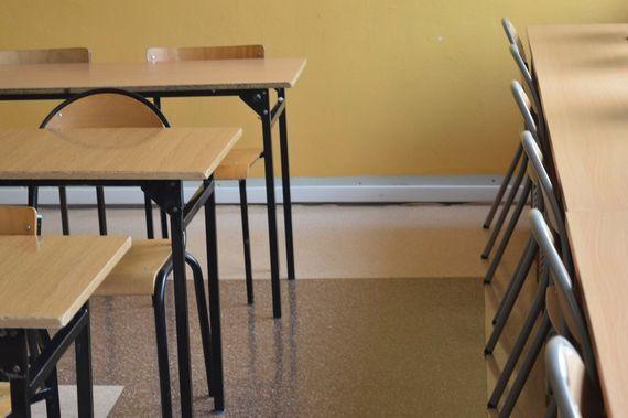 Ławki i krzesła w klasie