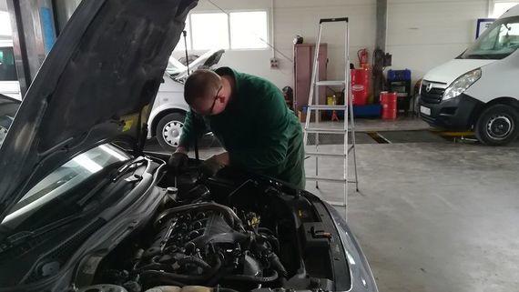 Człowiek pracujący przy samochodzie